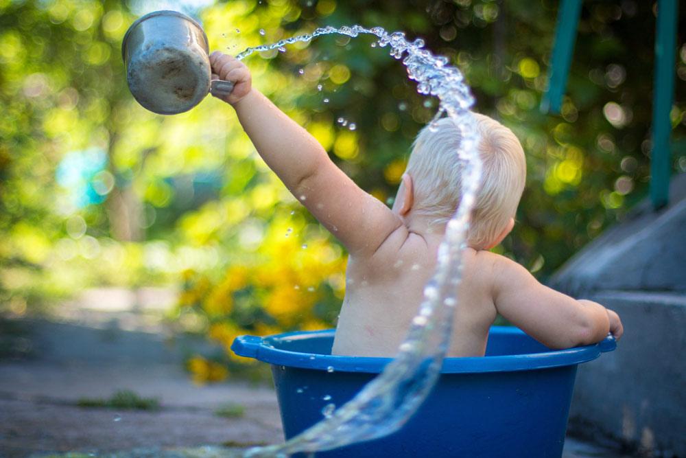 ¿Qué cantidad de agua dar a un bebé dependiendo de la edad?